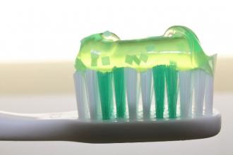 Proč dát přednost přírodním zubním pastám
