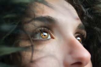 Výplach nosu: účinná pomoc při prevenci a mírnění projevů rýmy a nachlazení