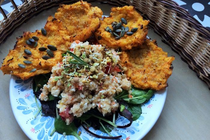 Zdravé vaření: Pickles salát s polentovými placičkami